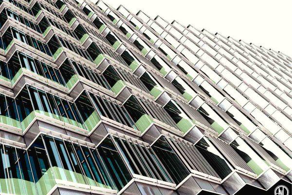 3D Architekturvisualisierung Aussenansicht von schräg unten: Geschäftshaus/Hochhaus mit ZickZack-Fassade fotorealistisch