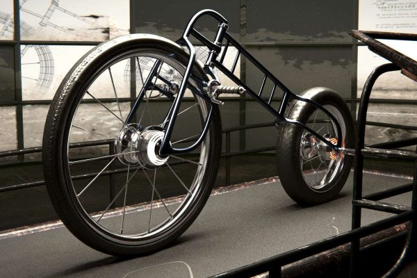 3D Produktvisualisierung: Fahrrad des Rad-Männchens in Produktionsstätte nach Herstellung auf Podest, fotorealistisch